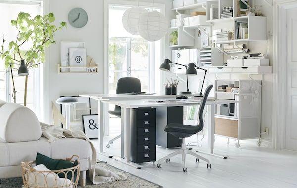 Pejabat yang fleksibel di ruang tamu