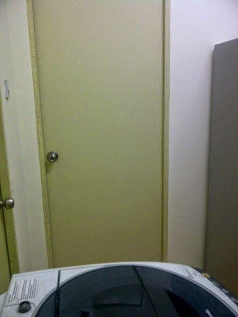 pandangan pintu bilik belakang dari arah sinki dlm bilik ni ada katil queen utk guest yg dtg tp yg paling pentingk ni jadi singgahsana si