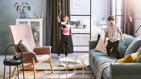 Muka depan katalog IKEA 2019 menampilkan dua orang kanak kanak bermain di ruang tami